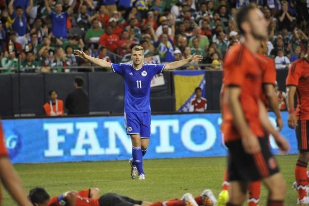 Striker Bosnia-Herzegovina Edin Dzeko (11) merayakan golnya ke gawang Meksiko pada laga persahabatan melawan Meksiko di Soldier Field Chicago, AS, 3 Juni 2014. REUTERS | DAVID BANKS - USA TODAY SPORTS