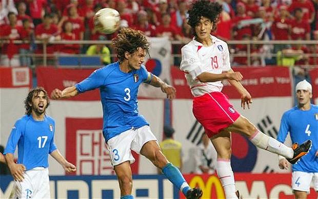 Tandukan sudden death striker Korea Selatan Ahn Jung-hwan mengakhiri langkah Italia hanya sampai putaran kedua Piala Dunia 2002 Korea-Jepang.  REUTERS | FILES